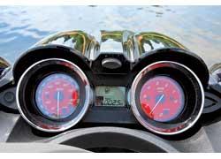 Приборы, как в авто- и мототехнике: спидометр, тахометр, указатели топлива, тока генератора. Из оригинального – подсчитываются пройденные часы, а не километры.