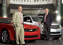 Глава GM Фритц Хендерсон (слева) и председатель совета директоров GM Эдвард Витакер.