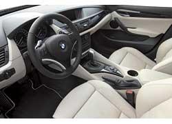 X1 получил совершенно иное торпедо, а круглые циферблаты приборов и блок управления аудио- и климатической системами – от BMW 3 Series.