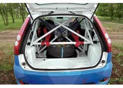 В багажнике «спортивки» возят воздух. На некоторые раллийные спецучастки экипаж берет две запаски.