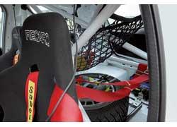 Здесь иные сиденья и пятиточечные ремни безопасности. В случае аварии пилотов защитит мощный каркас безопасности.