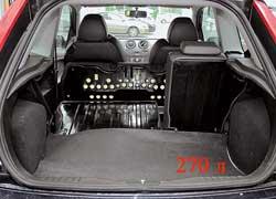 Штатная Fiesta ST весьма практична. В подполье багажника есть докатка.
