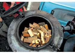 1. Заправка. В роли топлива – деревянные брусочки. Топливный бак вмещает 35–40 кг дров.