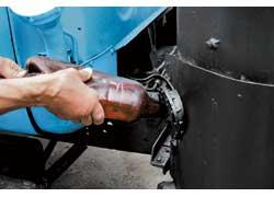 2. Для ускорения «запуска» газогенератора дрова приходится поджигать с помощью бензина.