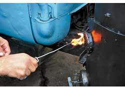 3. Дрова поджигаются через небольшое отверстие в нижней части газогенератора.