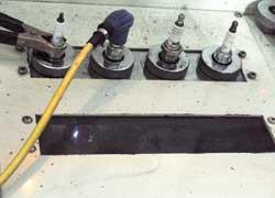На стенде контролируется работа свечи под давлением. Цвет и форма искры свидетельствуют о ее мощности и характере последующего воспламенения смеси.