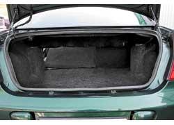 Единственное преимущество багажного отделения Сhrysler 300М – возможность увеличить его размер, сложив задние сиденья.