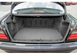 Грузовой отсек Mercedes E-Klasse  удобнее –  его погрузочный проем шире, а погрузочная высота ниже.