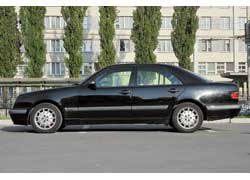 Клиренс большинства версий E-Klasse заметно больше, чем у «трехсотки» – 160 мм, что делает его более функциональным.