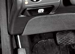 У обеих моделей стояночный тормоз задействуется отдельной педалью, а разблокируется кнопкой на торпедо.