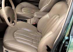 Во всех  «трехсотках» передние кресла с электроприводом, а водительское – еще и с памятью на два положения.