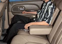 Галерка 300М просторнее, чем у конкурента – запас места до передних кресел там ощутимо больше, и на диване смогут нормально разместиться трое пассажиров.