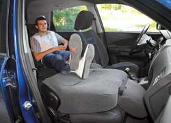 Tucson очень функционален – все версии оснащены откидывающейся спинкой переднего пассажирского сиденья.