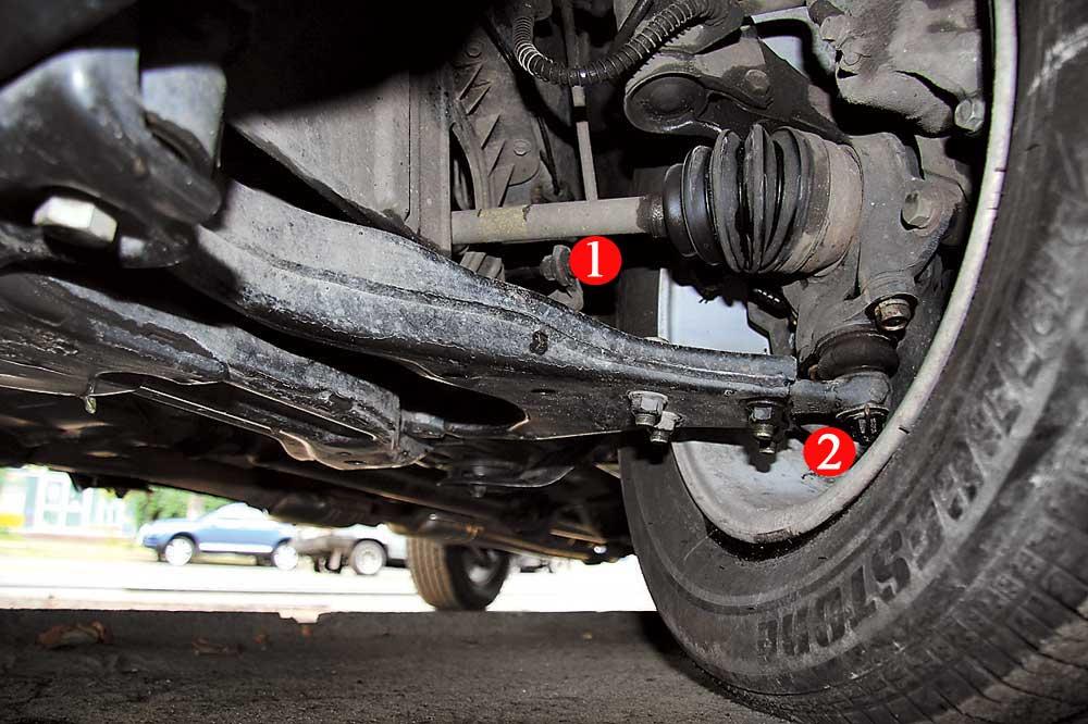 Передняя подвеска долго не служит. В ней наиболее уязвимы втулки и стойки стабилизаторов (1), подушки переднего подрамника и шаровые опоры (2).