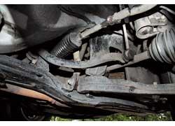 После пробега в 70–80 тыс. км могут потерять герметичность сальники рулевой рейки.