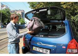 Чтобы погрузить легкую поклажу, необязательно дергать массивную крышку багажника – Tucson оснащен отдельно открывающимся задним стеклом.