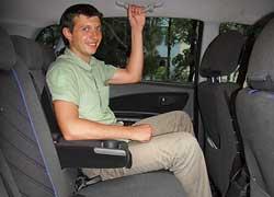 Благодаря ровному полу на заднем сиденье удобно разместятся трое пассажиров. Угол наклона спинок имеет широкий диапазон регулировки.