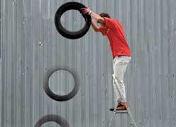 Сбрасывать шины (с чердака, балкона, в подвал) можно с высоты не более 1,5 м, иначе деформируется бортовое кольцо и могут возникнуть проблемы с герметичностью и ресурсом.