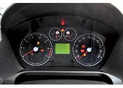 Щиток приборов дорестайлинговых версий до 2005 года (фото слева) был неудобным – электронные указатели уровня топлива и температуры охлаждающей жидкости контролировать трудно.