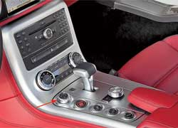 Смена передачи в КП AMG Speedshift DCT происходит за 100 миллисекунд. При помощи тумблера водитель может выбирать один из 4 режимов: экономичный, спорт, суперспорт