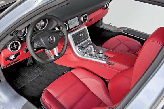 Как и на другом немецком суперкаре – Audi R8, спортивное рулевое колесо AMG (диаметром 365 мм) усечено снизу, чтобы было легче садиться в салон.