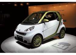 Полной зарядки литий-ионных батарей Smart Fortwo Electric drive хватит на 135 км, а затраты на эту поездку в Германии составляют всего 2 евро.