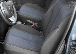 Сиденья Mazda2 менее удачны, чем у оппонента. Здесь меньше выражена боковая поддержка и нет подлокотника. На галерке «двойки» хорошо будет вдвоем, но запас места над головой и для коленей невелик.