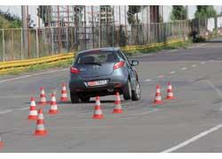 Mazda2 при переставке то и дело «задирает» заднее разгруженное колесо, но управляется она ярче и понятней.