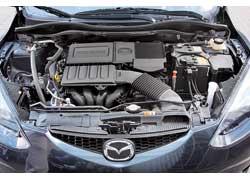 Двигатель Mazda2 свой немалый аппетит оправдывает неплохой динамикой, оставляя Honda Jazz позади.