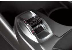 Переключатель режимов системы «Alfa D.N.A.» расположен перед рычагом КП. Чтобы изменить характер машины, надо качнуть рычаг в нужном направлении и удерживать около секунды.