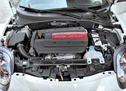 Мощность моторов внешне никак не отражена. Надпись Turbo Benzina звучит не менее красиво, чем Alfa Romeo или Quadrifoglio Verde: в этой версии двуствольная выхлопная система издает более низкое и «взрослое» порыкивание.
