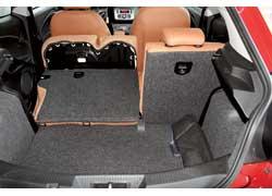 Задний борт высокий, багажник глубокий… Ну что тут скажешь – в этой машине главное стиль. Хотя из практичных вещей можно отметить складывающиеся спинки заднего дивана, что позволяет увеличить объем отсека с 270 до 950 литров.