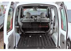 Задние сиденья в Kangoo – съемные, но из-за меньшей длины авто «максималка» багажника – меньше.