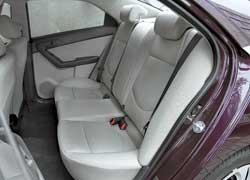 На втором ряду машины в среднем уровне оснащения двоим пассажирам предлагается воспользоваться откидным подлокотником. Здесь его нет, но места хватает в любом случае.