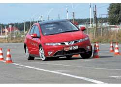 Острый и информативный руль Honda Civic позволяет быстрее проезжать повороты. А вот на прямиках мотор Civic просыпается позже.
