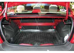 По объему багажника в 510 л седан превосходит не только большинство «одноклассников». Единственный недостаток – увеличить отсек нельзя: задние сиденья нетрансформируемые.
