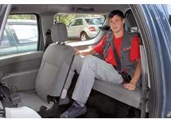 На третьем ряду в 7-местном MCV запросто можно перевозить взрослых пассажиров. В отличие от традиционных универсалов дверь багажника у MCV двустворчатая, распашного типа.