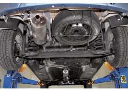 В универсале МСV «запаска» висит снаружи под полом багажника. Ее крепление нужно регулярно смазывать, иначе оно заржавеет и достать колесо не удастся. Задняя подвеска обеих модификаций считается «неубиваемой».