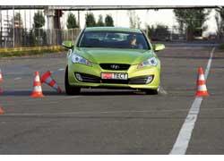 На высокой скорости Genesis Coupe легко и точно перескакивает в параллельную полосу, а вот возвращаться в свою никак не хочет. Руль словно стопорится, и машина отказывается поворачивать.