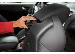 Ручка  системы, облегчающей доступ назад, – на правом сиденье по центру спинки. В обычном Hyundai Coupe ручки обоих кресел на привычных местах – боковинах спинок.