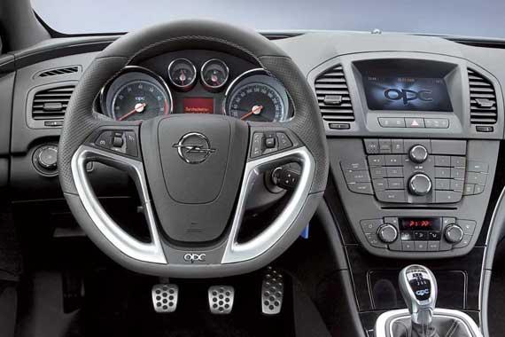 Стиль Insignia OPC продуман до мелочей. Металлизированные вставки на руле повторяют по форме вертикальные «клыки» воздухозаборников в переднем бампере.