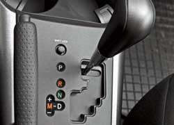 Вариатор теперь нельзя ограничить режимами «2» или «L». В ручном режиме новый RAV4 движется на заданной передаче до максимальных оборотов мотора.