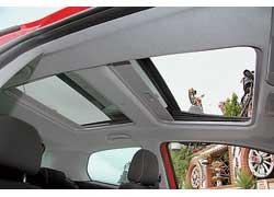 Если у машины черная крыша, значит, под ней замаскированы два люка. Первый открывается, выезжая наружу, а задний – глухой, прикрыт сдвижной шторкой.
