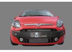 Спереди – версии, выполненные в спортивном стиле, отличают темные лучи, отходящие от эмблемы и корпуса фар, а также «сотовая» решетка воздухозаборников вместо горизонтальных «жалюзи».