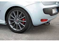 Спортивные версии выдают наконечник глушителя, красные суппорты всех дисковых тормозов, серые матовые диски на 17