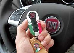 Ключ зажигания у Fiat Punto Evo стал такой же симпатичный, как в «пятисотом» малыше. И точно так же доступен в нескольких вариантах оформления.