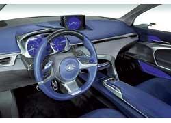 Простота и спортивность оформления интерьера навевают воспоминания о компактном заднеприводном спортседане Lexus IS200 первого поколения.