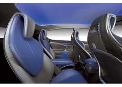 Индивидуальные кресла для задних пассажиров (аналогичные передним) – решение стильное, но вряд ли такая компоновка салона приживется на серийной версии автомобиля.
