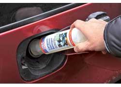 Кроме мойки форсунок, в бак автомобиля с большим пробегом желательно залить средство для удаления влаги и выкатать бензин в баке как можно быстрее.