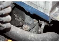 Серьезная проблема Aveo – из-за перетяжки на заводе лопалась верхняя крепежная шпилька подушки коробки передач.